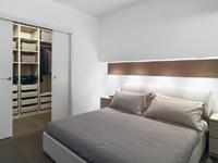 Empreinte : Chambre avec carrelage et placard disposant d'étagères et de penderies