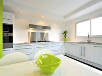 L'Angélique : Cuisine moderne disposant de placards et d'un espace salle à manger