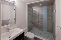 Le Patio : Salle de bains avec cabine de douche et meuble vasque