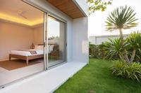 Jardin verdoyant accessible depuis une chambre