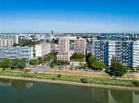 Loire en Scène : Deux immeubles modernes longés par la Loire